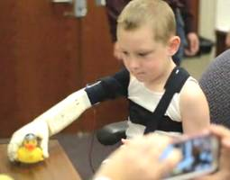 College Students Build Bionic Arm for Boy, Costs Less Than $350 (Video)